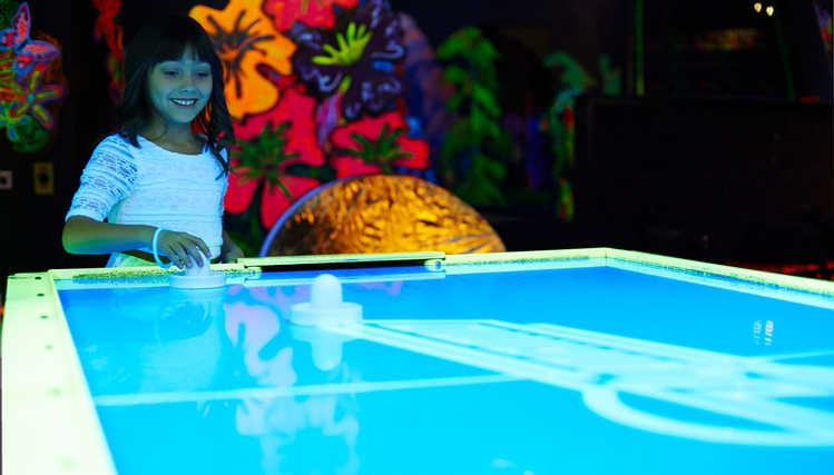 Putting edge centropolis mini golf fluo arcades laval for Mini putt laval exterieur
