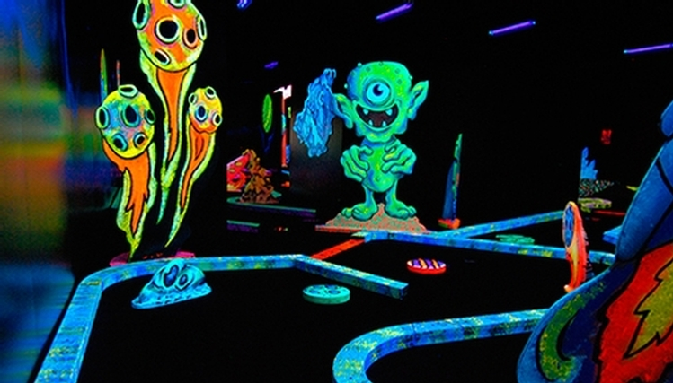 Putting edge mini golf fluo arcades for Golf interieur montreal